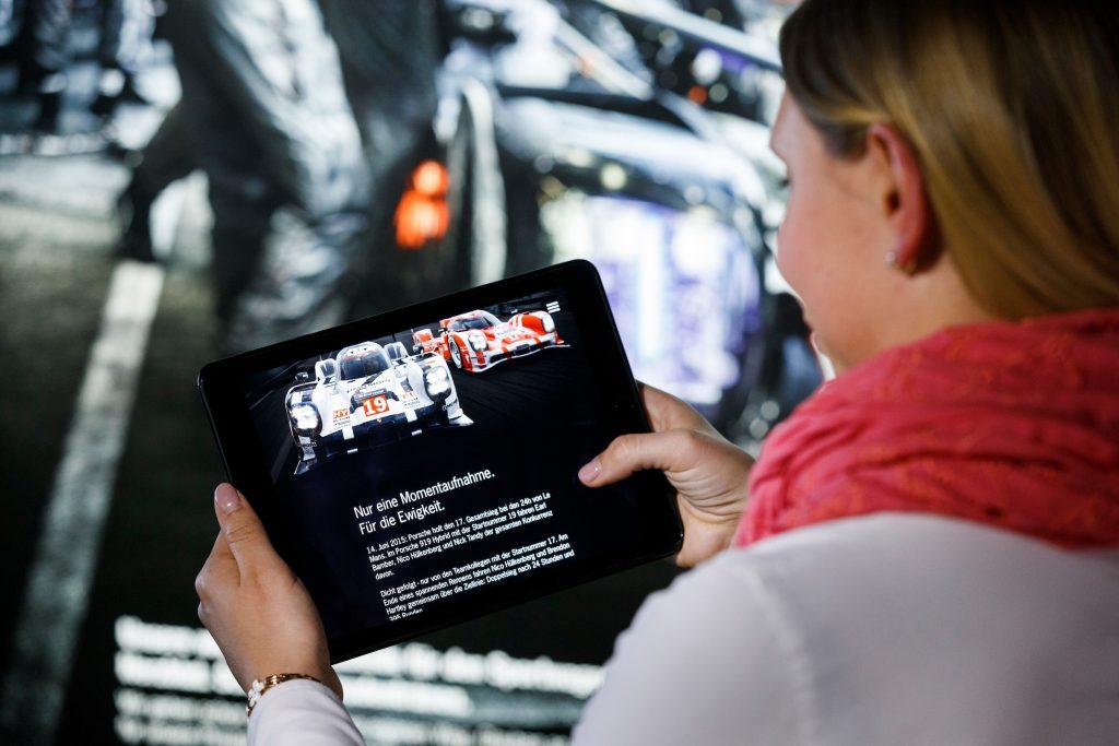 Vizitatorii sunt ghidați cu ajutorul unui iPad. Foto: Porsche