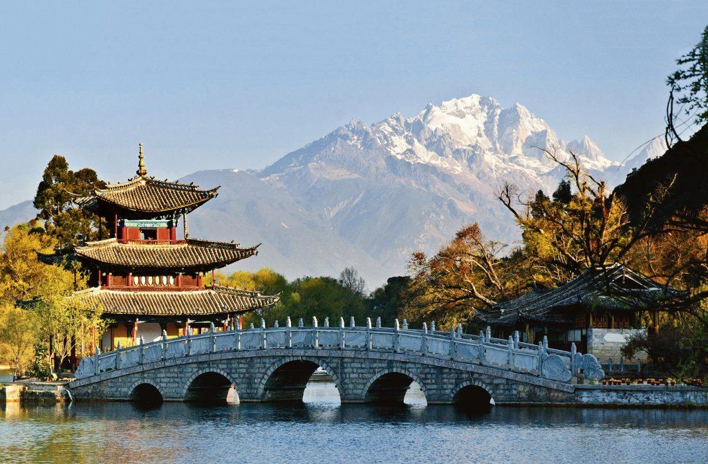 Orașul chinez Lijiang, cu Munții Himalaya profilându-se pe fundal. Foto: Porsche