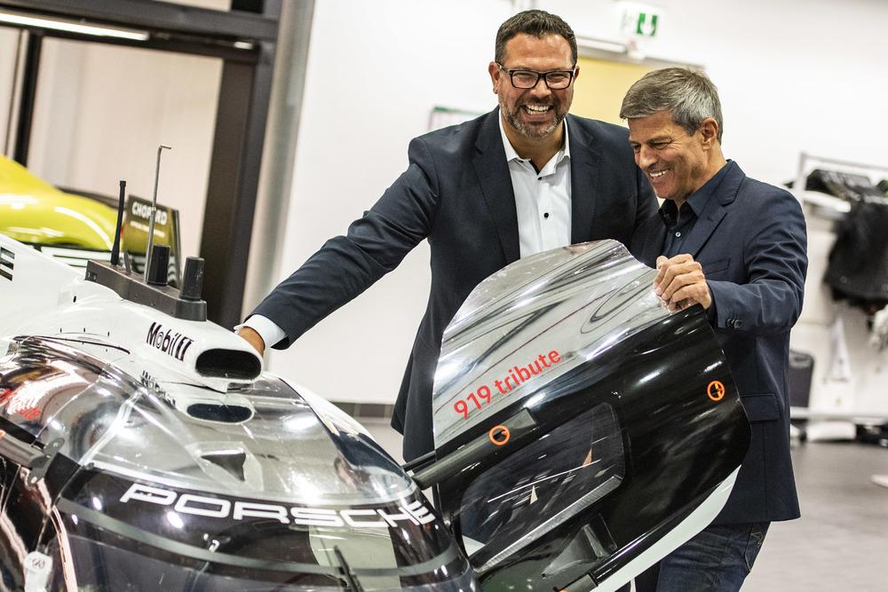 Achim Stejskal, Director Porsche Museum, și Fritz Enzinger, Vicepreședinte LMP1  Foto: Porsche