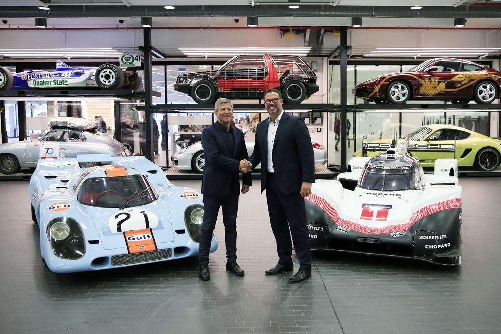 Fritz Enzinger, Vicepreședinte LMP1, și Achim Stejskal, Director Porsche Museum, cu Porsche 917 K, și Porsche 919 Hybrid Evo (l-r) Foto: Porsche