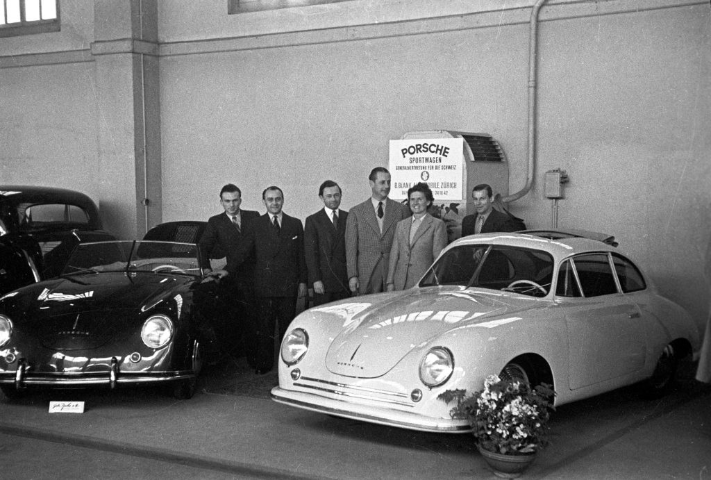 1949: Porschea fost prezentat publicului internațional pentru prima dată la Salonul Auto de la Geneva, cu un Coupé de 356 și un Cabriolet de 356 fabricate în Gmünd.       Foto: Porsche
