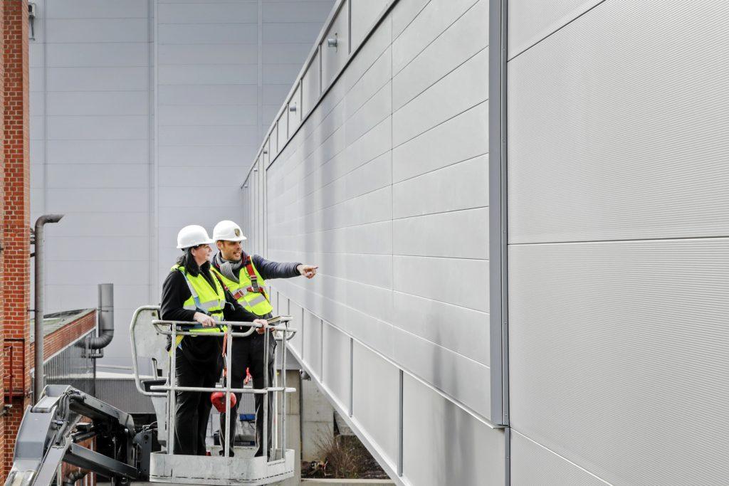 Porsche testează tehnologia suprafeței absorbante de NOx pe fațada noii fabrici construite pentru producția de Taycan Foto: Porsche