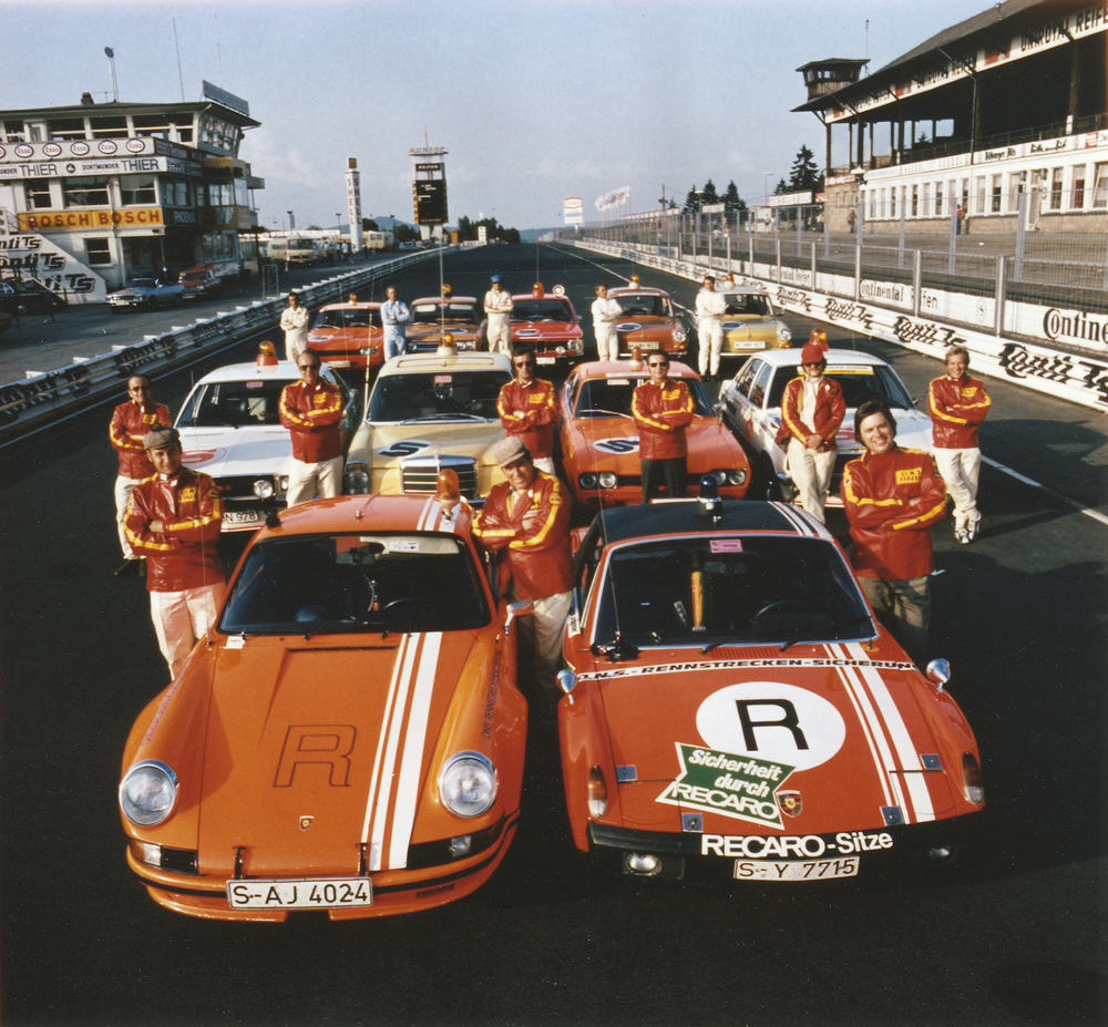 ONS track safety team at the Nürburgring in 1973: 911 Carrera RSR 2.8 model year 1973 (front) and 914/6 GT model year 1972. Standing between these two vehicles is Porsche legend Herbert Linge. Foto: Porsche