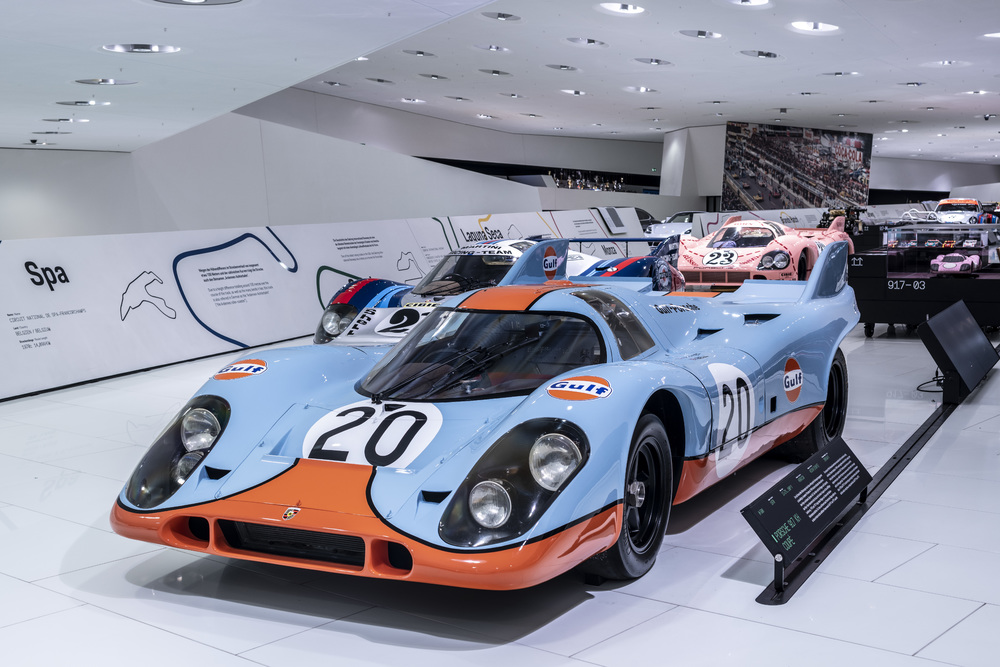 "Two 917 KH with the famous ""Gulf"" colours, including starting number 20, started in Spa-Francorchamps in 1971. Foto: Porsche"