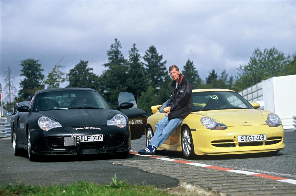 Walter Roehrl between the Porsche 911 Turbo 3,6 Coupé (left) and the Porsche 911 GT3 (right), 1999 Photo: Porsche
