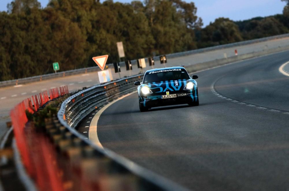 Cursa de anduranță Taycan, pe înserat. Foto: Porsche